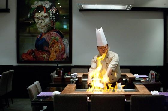 Ресторан Sumosan - фотография 14 - Процесс приготовления блюда на тепане