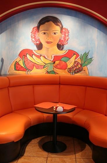 Ресторан Cantina Mariachi - фотография 3 - Большой и уютный диван)