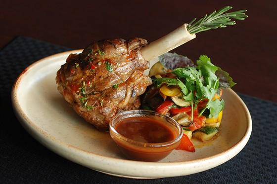 Ресторан Sport Café - фотография 15 - Ножка ягненка с рататуем 500 руб