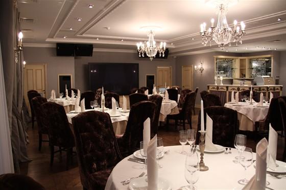 Ресторан Круаж - фотография 1 - банкетный зал на третьем этаже, пафосный, но есть огромный экран, можно даже футбол посмотреть :)