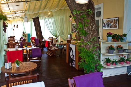 Ресторан Discovery - фотография 18 - Летняя терраса ресторана Discovery с системой охлаждения туманом.