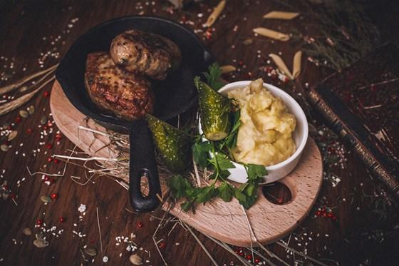 Ресторан Панаехали - фотография 11 - Бабушкины котлеты с пюре и огурчком