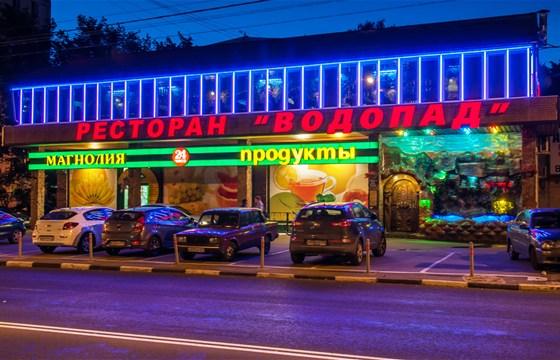 Ресторан Водопад - фотография 6 - Фасад ресторана летним вечером.
