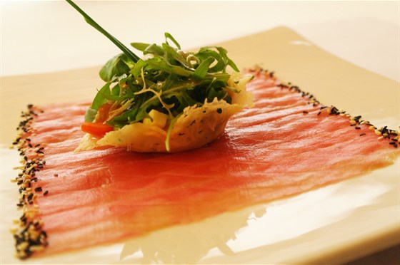 Ресторан Де Марко - фотография 24 - Карпаччо из тунца  Тонкие ломтики тунца на соусе «Мацухиса» с салатом из авокадо и помидор черри в корзинке из пармезана.