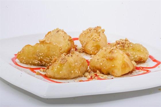 Ресторан Золотой бамбук - фотография 43 - ТАО ТАМ БОТ Яблока в тесте с арахисом, кокосовой стружкой и карамельным топпингом.