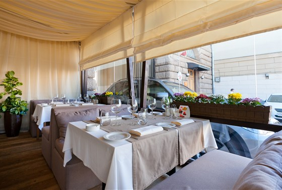 Ресторан Де Марко - фотография 13 - ВКУСНОЕ ЛЕТО В КАФЕ ДЕ МАРКО Изумительная летняя веранда, оформленная в стиле лучших итальянских курортов, встретит вас гостеприимством и навеет воспоминания о прибое, парусниках и беззаботном отдыхе.