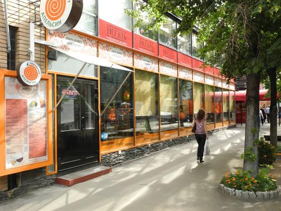 Ресторан Апельсин - фотография 1 - Так выглядит кафе Апельсин снаружи, хорошее тенистое место расположенное в стороне от повседневного шума и городской суеты