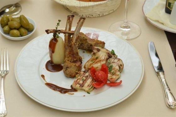 Ресторан L'altro Bosco Café - фотография 1 - Каре ягненка под соусом Демиглас с белыми грибами и картофелем 1975 рублей — в L'Altro Bosco cafe.