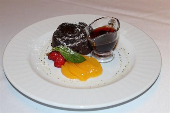 Ресторан Лехаим - фотография 1 - Шоколадный кекс с горячим шоколадом