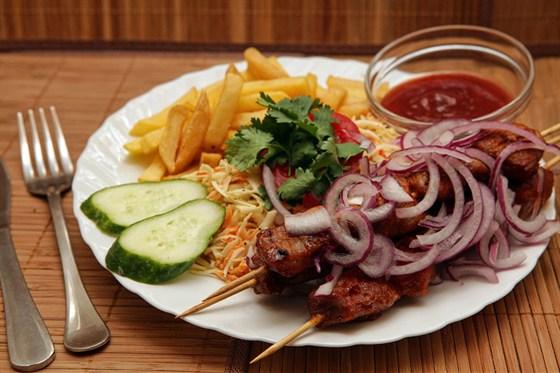 Ресторан Бейрут  - фотография 10 - Шанглиш (шашлык, луковые кольца, картошка фри, соус)