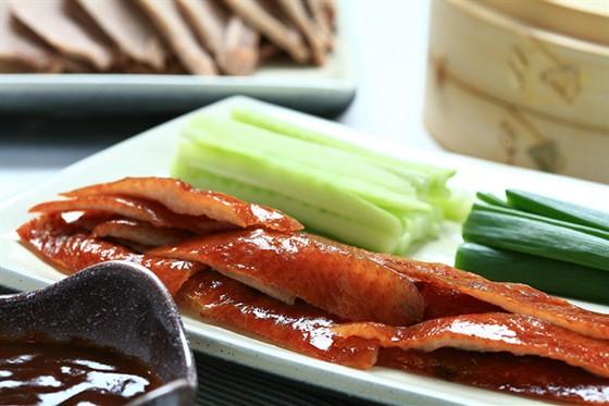 Ресторан Желтое море - фотография 14 - Утка по-пекински - с рисовыми блинами, свежим огурцом, зеленым луком и соусом «Хоасин»
