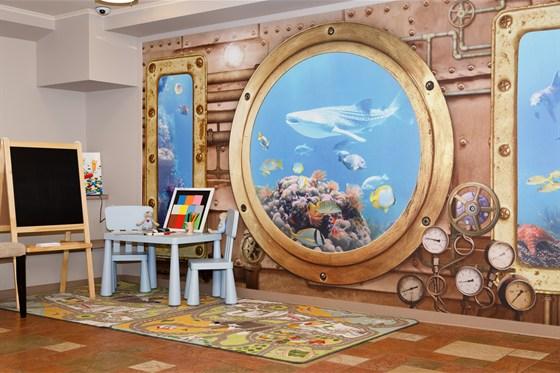 Ресторан Ротонда - фотография 16 - Детский уголок выполнен в стиле подводного мира. Увлекательные картины подводного мира заинтересуют детей любых возрастов