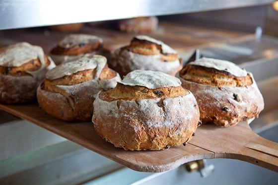 """Ресторан Булка - фотография 9 - Хлеб """"Колесо с изюмом и орехами"""""""