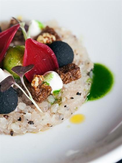 """Ресторан Dozari - фотография 10 - Тар тар из сига с картофелем в """"черном мундире"""", маринованным луком и сливочно-горчичном креме."""