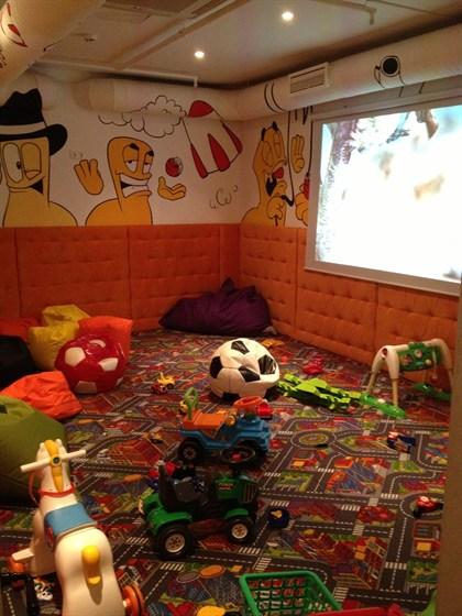 Ресторан Андерсон для пап - фотография 15 - Детская игровая с огромной плазмой