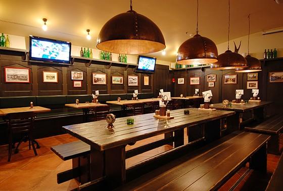 Ресторан Козловица - фотография 8 - Зал с плазменными экранами