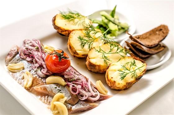 Ресторан Южный - фотография 7 - Картофельный галет с малосоленой семгой под воздушной сметаной и сыром фета