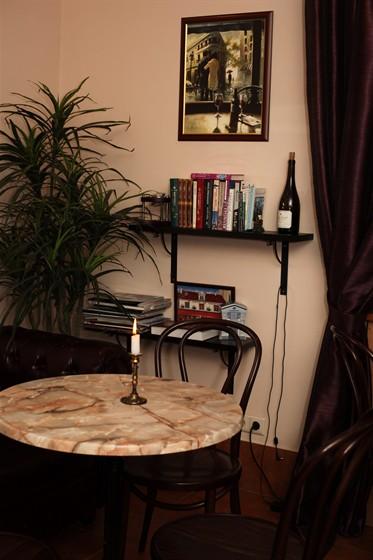 Ресторан Булочная №5 - фотография 6 - В уютной обстановке Булочной №5 за чашечкой кофе, какао, горячего шоколада или латте можно погрузиться в свои и чужие мысли - на полках всегда есть что почитать.