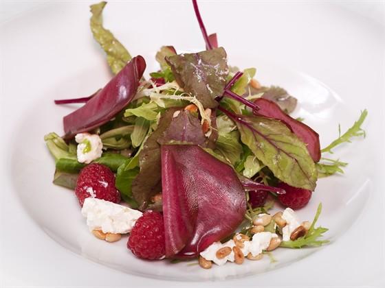 Ресторан Farina Bianca - фотография 14 - Микс салатов с рикоттой, маринованной свеклой и кедровыми орешками - 250 руб.