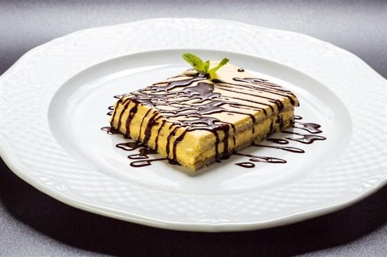 Ресторан Аэрокафе - фотография 12 - Фарфалено - миндальный бисквит с манговым сабайоном в шоколадном соусе.