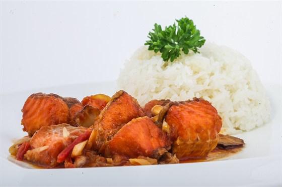 Ресторан Золотой бамбук - фотография 41 - КОМ ЧЕП КХО РИЕНГ Рис, кусочки рыбы, обжаренные с имбирем и галангоном в карамельном соусе. Подаются с лимоном, перцем Чили и зеленью