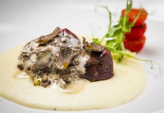 Ресторан Wicked - фотография 7 - Телятина гриль с соусом из лесных сморчков и свежим трюфелем.