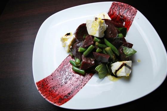 Ресторан Felice - фотография 15 - Салат из запеченной свеклы с козьим сыром 290 руб