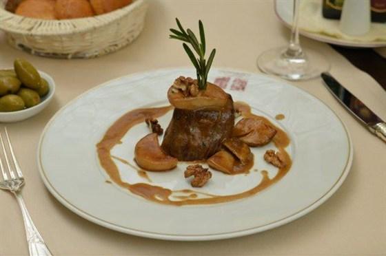 Ресторан L'altro Bosco Café - фотография 4 - Филе говядины с соусом горгонзола 2375 рублей — в L'Altro Bosco cafe.