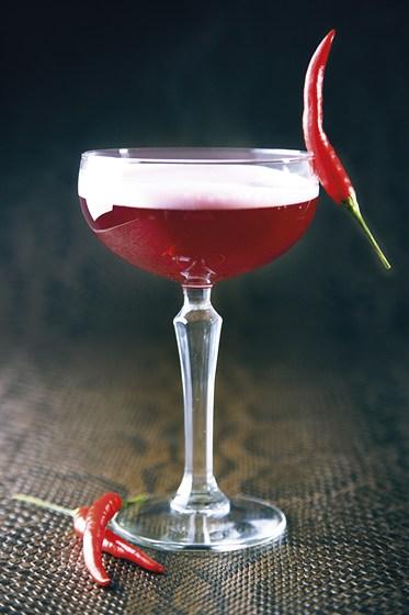 """Ресторан Zinger Grill - фотография 9 - Алкогольный коктейль с перчинкой """"Rose and Bird"""""""
