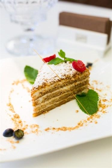 Ресторан Graf-in - фотография 5 - Домашний медовик с нежным сметанным кремом