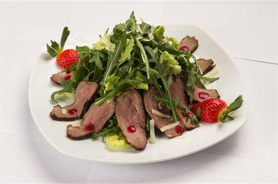 Ресторан Пралине - фотография 6 - Салат с утиной грудкой.