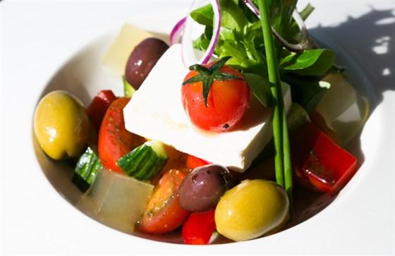 """Ресторан Twiggy - фотография 8 - Ресторан """"Twiggy"""", греческий салат с лимонным желе, гигантскими оливками, вялеными томатами и сыром фета"""