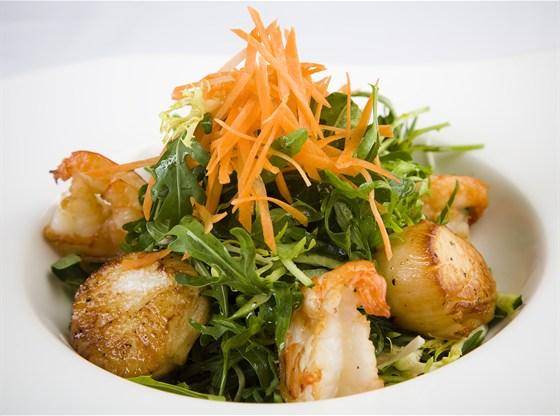 Ресторан Discovery - фотография 14 - Салат из гребешков и тигровых креветок с рукколой, ростками сои и лаймово – имбирным соусом