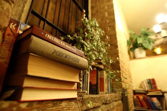 Ресторан FAQ-Café - фотография 12 - Библиотека