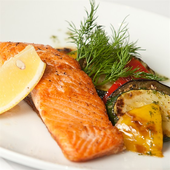 Ресторан Фирма - фотография 6 - Стейк из лосося и овощи приготовлены на гриле 280 гр. 280 руб.