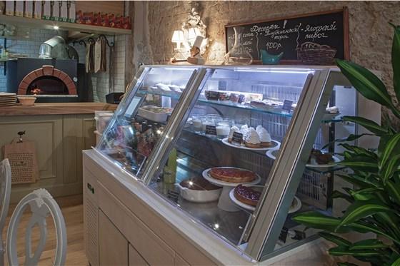 Ресторан Venerdi - фотография 9 - Витрина с десертами собственного приготовления