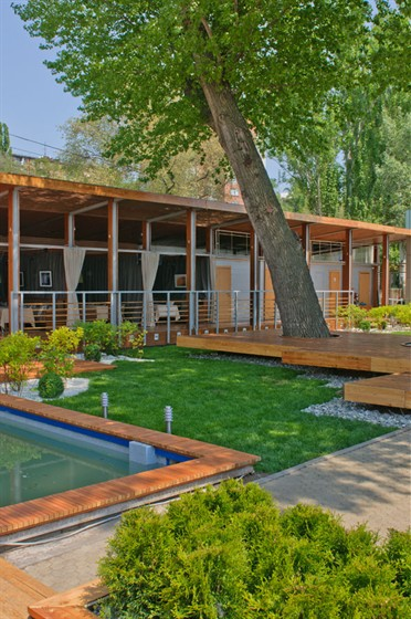 Ресторан Пирс - фотография 7 - вид на летнюю площадку и отдельные кабинеты