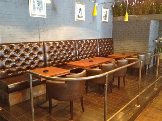 Ресторан Main Bar - фотография 10 - Удобные столики для бизнес-ланча