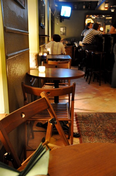 Ресторан Квартира 44 - фотография 13 - Столики напротив бара.