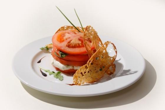 Ресторан Fantasia del Mare - фотография 7 - Капризе. Итальянский салат из сыра моцарелла, томатов и свежего базилика