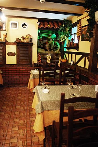 Ресторан Старый дом  - фотография 9 - Основной зал