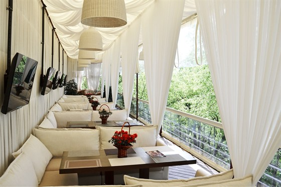 Ресторан Quattro camini - фотография 6 - Летняя веранда, лаунж зона