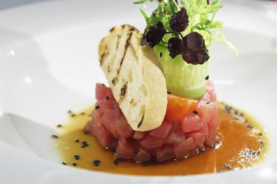 Ресторан Де Марко - фотография 31 - Тар-тар из спинки тунца, с кунжутным соусом, огурцом и салатом фризе.
