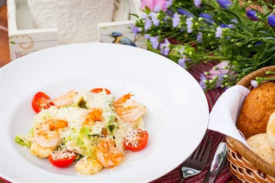 """Ресторан Птички и ягоды - фотография 2 - Салат """"Цезарь"""" с королевскими креветками"""