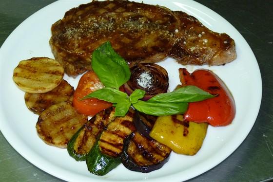 Ресторан Траттория в Сокольниках - фотография 27 - Рибай с овощами на гриле.
