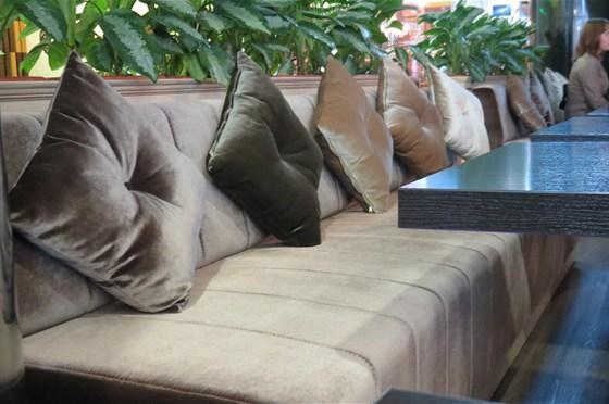 Ресторан Unabar - фотография 6 - Мягкие диваны для гостей ресторана