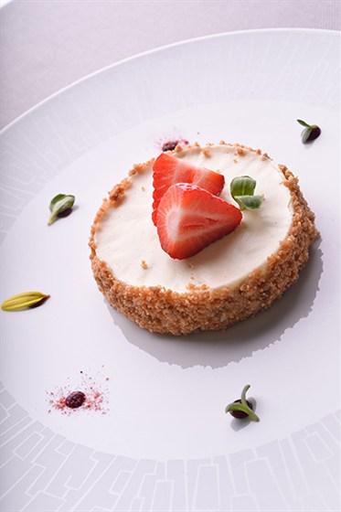 Ресторан Le boat - фотография 4 - Нежнейший чиз-кейк с клубникой