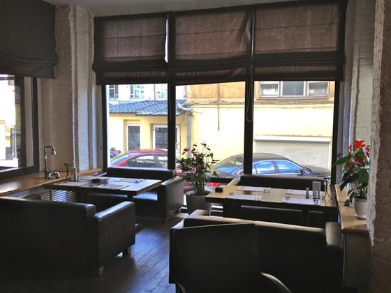 Ресторан Main Bar - фотография 8 - Оба столика в эркере вместе. Сдвинутые, вмещают 10 человек