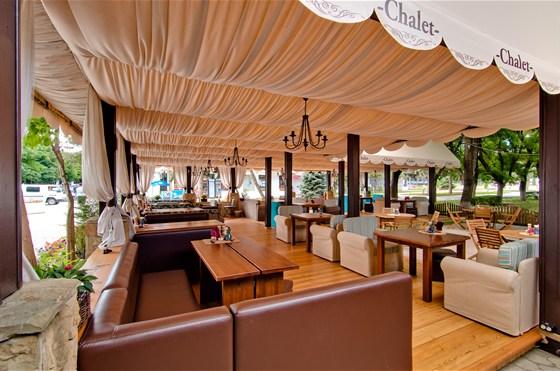 Ресторан Chalet - фотография 1 - летняя терраса ресторана Chalet г.Анапа