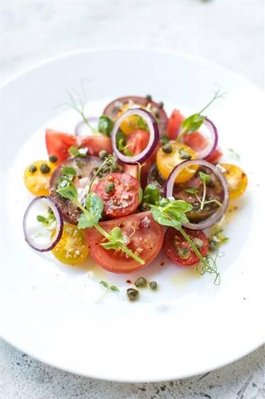Ресторан Meatball Heaven - фотография 3 - Томаты разных сортов с каперсами, пармезаном, красным луком